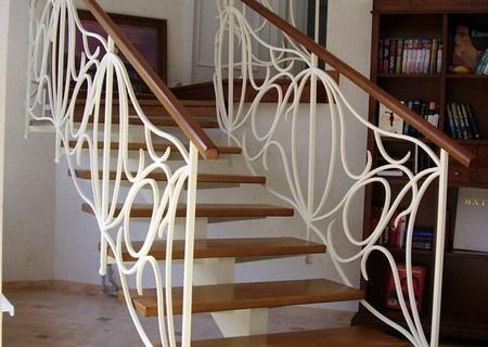 Деревянные лестницы на металлическом каркасе