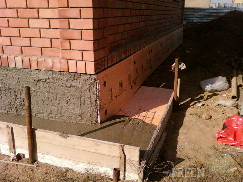 Как утеплить фундамент дома своими руками