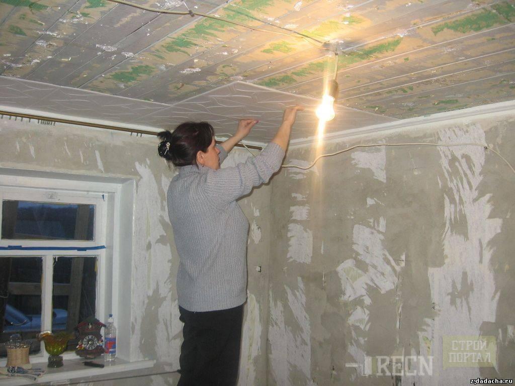 Как правильно клеить потолок