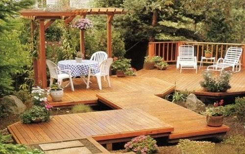 Деревянный дизайн в саду с