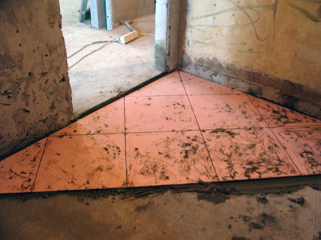 Укладка напольной плитки своими руками по диагонали видео