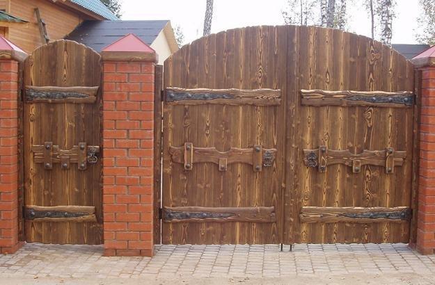 Деревянные ворота для дачи