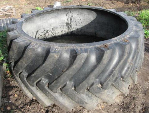 slivnaja-jama-iz-pokryshek-avtomobilnyh-ili-traktornyh