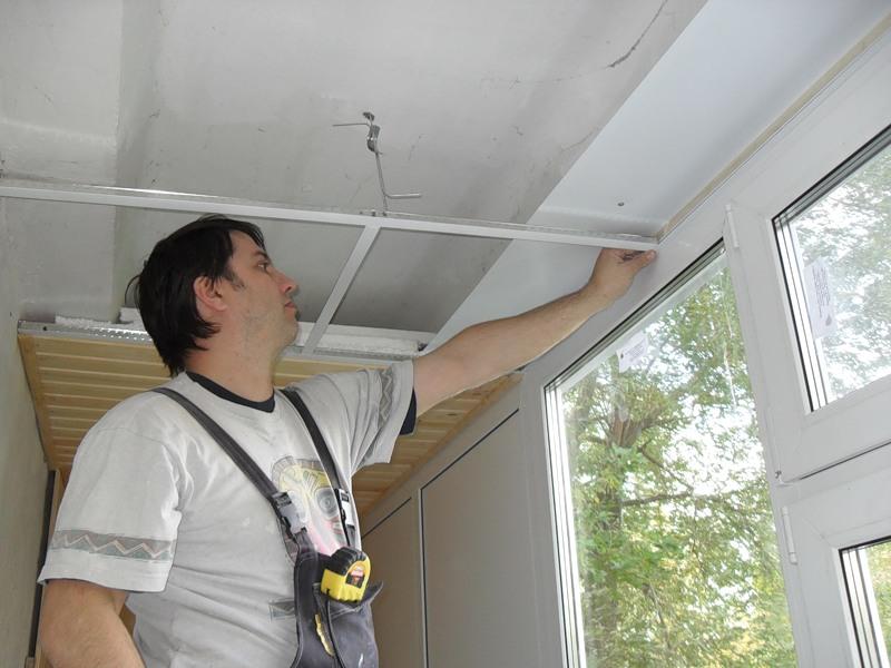 Как сделать пластиковый потолок на балконе.