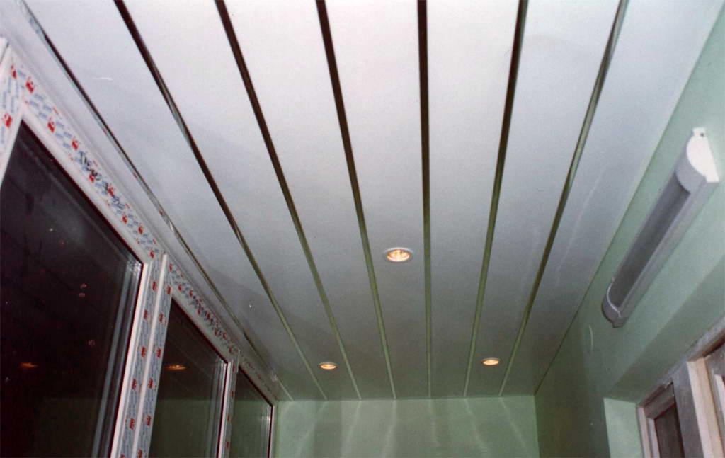 Потолок на балконе своими руками. обзор способов отделки пот.