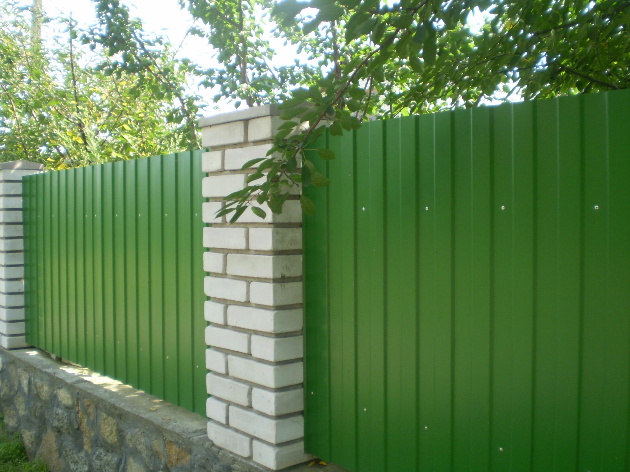 Забор из зеленого профнастила фото 3