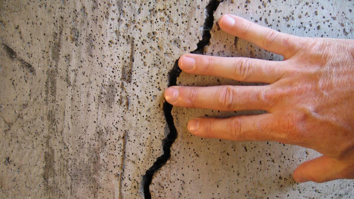 Заделка трещин в потолке из бетонных плит своими руками