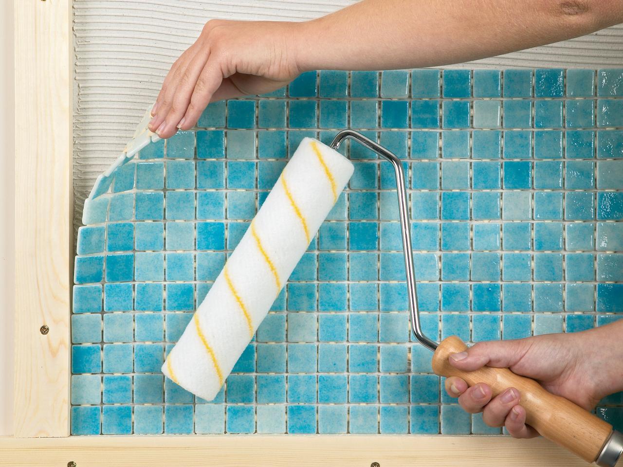 Клеим плитку в ванной на пол своими руками
