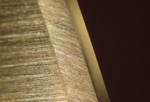 Первичная фаска и режущая кромка мод микроскопом