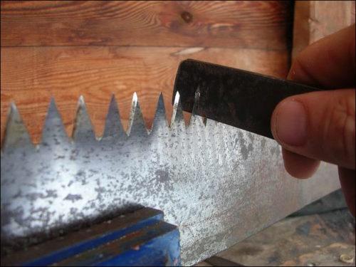 Заточка зубьев пилы