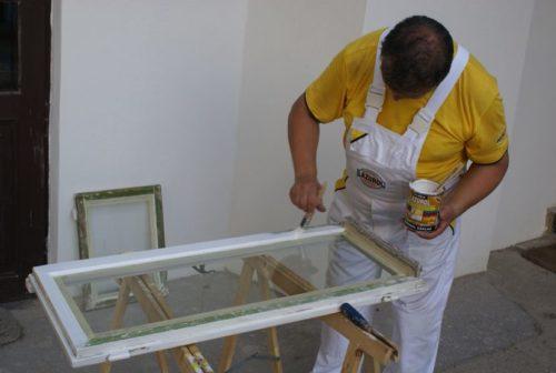 Отреставрированные окна покрывают грунтом и эмалью